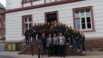 Meisterliche B-Jugend der HSG trägt sich ins Goldene Buch ein